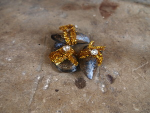 20110918070901-gold_on_stone