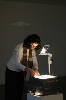 Kim_schoenstadt_working_her_overhead_projector