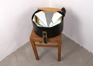 20111117041330-annika_rixen_hat_box_with_mirrors