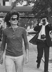 20120511190047-jackie_onassis_and_ron_galella_on_madison_avenue_october_7_1971new_york_city_c_ron_galella_topcarousselportrait