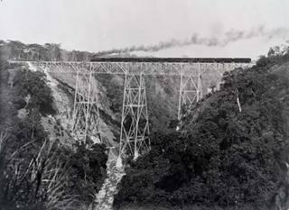 20120619181431-spoorbrug-van-de-staatsspoorwegen-bij-tjisomang_-west-java