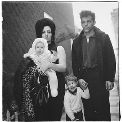 20121017175232-a_young_brooklyn_family_going_for_a_sunday_outing_nyc_1966_c_the_estate_of_diane_arbus_topcarousselsquare