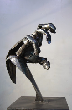 20130328133058-adrian_landon_metal_sculptue_steel_big_hand_2