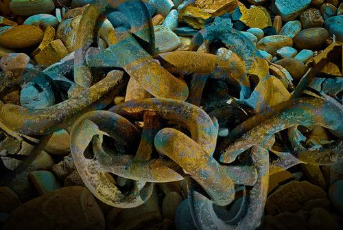 20130328182924-kinky_chain_on_rocks
