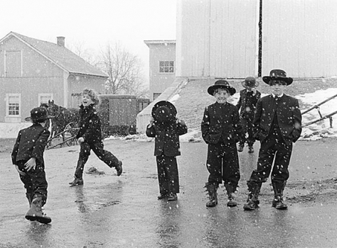 20131205155430-gt_amish_children_playing_in_snow_1969
