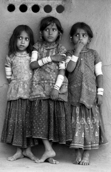 20131205113440-jb08ri38_-_three_harijan_girls__kutch__gujarat__1979