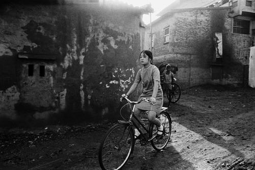 20140418151206-016_schoolgirl_on_cycle_tangra_calcutta__c