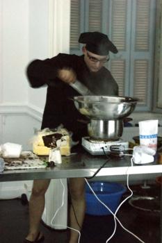 Poka-yio_eat-cake_01