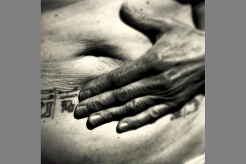 20141216132747-bartolomeo_mariana__a_hand_holds_the_belly_copy