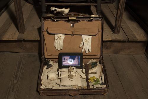 20150128232755-memento_mori_suitcase