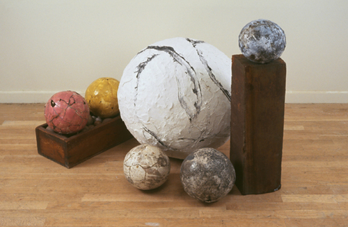 20150129171309-four_spheres_and_ball_on_pedestal