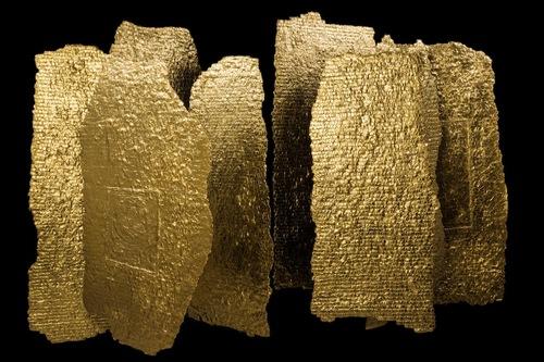 20150929120644-olga_de_amaral__estelas_series__2007__linen__gesso__acrylic_paint__gold_leaf_155_x_95cm__roughly_each___rroda013-01