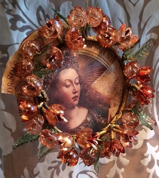 20151214182234-christmas-spice-madonna-framed-with-glass-flowers---van-eyk