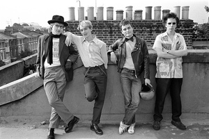 20160417173901-web2_group_image_of_the_band_on_the_roof_of_john_lydon-s_home_in_gunter_grove__1978___c__dennis_morris_all_rights_reserved