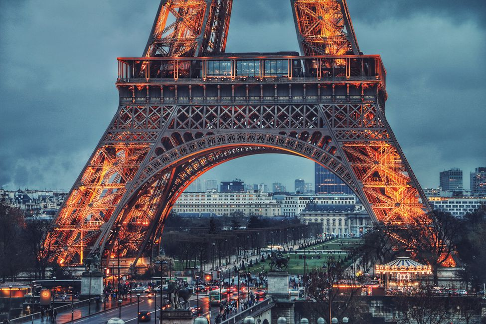 The Eiffel Tower at dusk. Join hundreds of like-minded people at Boma Momentum in Paris.