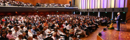 Brian Tracy使用有效的演讲技巧在激励研讨会上向听众演讲