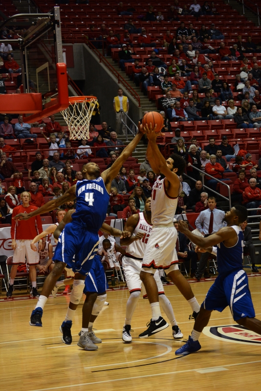 Men's basketball bench provides spark in 6th straight win
