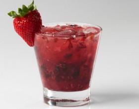 30% OFF: Caipirinha de Frutas Vermelhas com Absolut