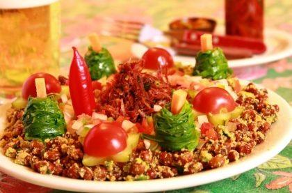 Arrumadinho (carne seca com feijão de corda, farofa e vinagrete) para 2 pessoas
