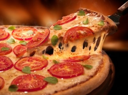 Pizza Especialidades Média + 2 Fantas Guaraná Lata – Consulte lojas participantes