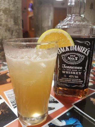 [18+ anos] BAR: Drink Burguês Fidalgo (Jack Daniels, maracujá, hortelã, laranja e açúcar)