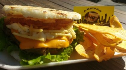 Arepas Urbanika: Burguer artesanal 180g + Chips de Banana da terra por R$ 20