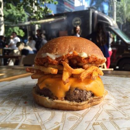 Combo R$ 25: Burger Buzina + Drink de Chá Lipton + Batata McCain