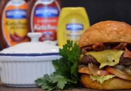 Combo R$ 25: Burger JACQUIN + Drink de Chá Lipton + Batata McCain
