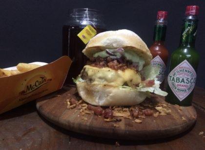 Combo R$ 25: Burger Bárbaro Bacon + Drink de Chá Lipton + Batata McCain