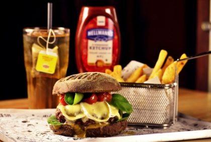 Combo R$ 25: Burger Pão Australiano + Drink de Chá Lipton + Batata McCain
