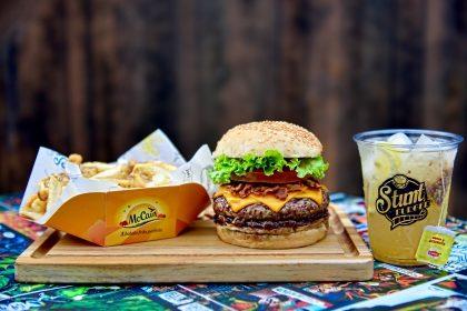 Combo R$ 25: Burger da Casa + Drink de Chá Lipton + Batata McCain