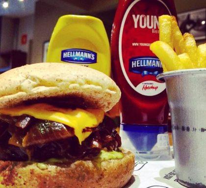 Combo R$ 25: Burger Cebola e Cheddar + Drink de Chá Lipton + Batata McCain