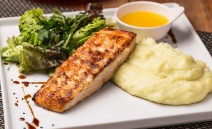 Salada + Salmão com Purê de Wassabi e Salada de Rúcula + Sobremesa por R$ 69,90