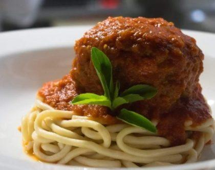 Polpetone de Linguiça Artesanal com Espaguete da Casa ao Pomodoro por apenas R$ 35,00