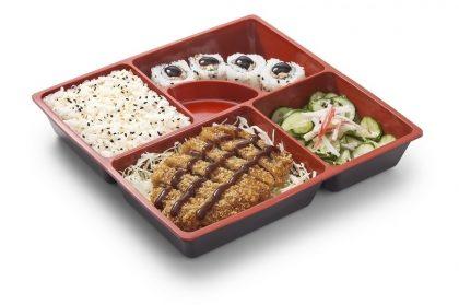 Teishoku Gyukatsu: Carne Bovina Empanada + Arroz Branco + 4 Skin Uramaki + Sunomono com Kani