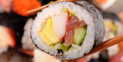 Festival de Sushi (1 Entrada + 5 Sashimis + 10 Sushis + 1 Bebida) por R$ 30,60
