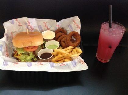 COMBO Burger Fat Boy OU Metrópole + Porção Fifty/Fifty + Pink Lemonade por R$28,00!