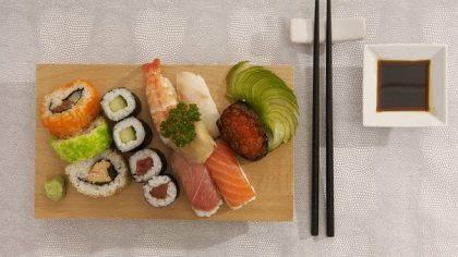Combo Sushi 14 peças + Temaki + Rolinho de Queijo + Guioza + Petit Gateau por R$ 37,90