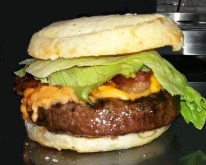 Combo Raul Seixas (Pão de Queijo Gigante Hambúrguer + Refri ou Suco Lata) por R$ 29,90