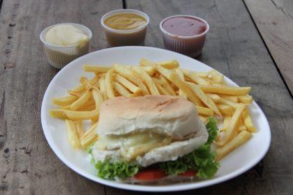 Combo Vegan Burger + Fritas + Suco de Fruta 400ml por apenas R$ 29,90