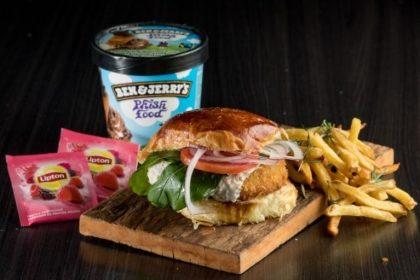 Combo R$40: Veggie Burger de Falafel + Drink de Chá Lipton + Batata McCain + Sorvete Ben & Jerry's