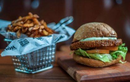 Combo Veggie R$30: Falafel Burger + Chá de Frutas Vermelhas Lipton + Batata doce McCain