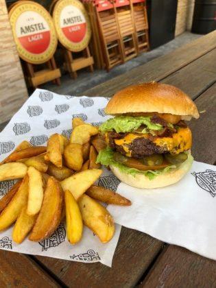 Combo R$30: Champions Burger + Chá Gelado Lipton + Batata McCain