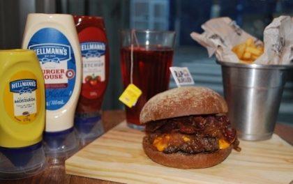 Combo R$30: Burger Kendrick Lamar + Drink de Chá Lipton + Batata McCain