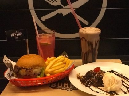 Qualquer burger Hall of Fame+1/2 porção de fritas +refil Rock Lemonade +Milk Shake+Brownie