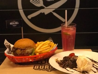 Qualquer burger Hall of Fame+1/2 porção de fritas +refil Rock Lemonade +mini David Brownie