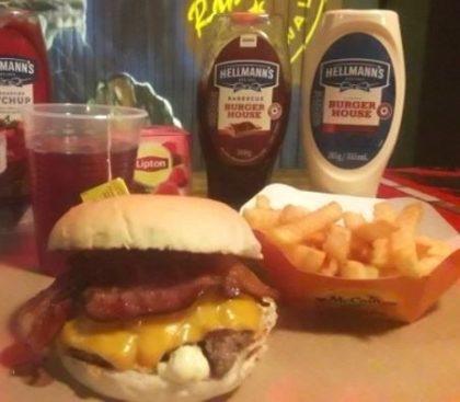 Combo R$30: Burger Rock 1 + Chá Gelado Lipton + Batata McCain