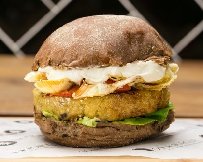 Combo R$30: Burger (3 opções Vegetarianas) + Chá Gelado Lipton + Batata McCain