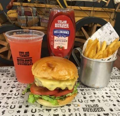 Combo R$30: Fora da Lei Burger com Bonduelle + Drink de Chá Lipton + Batata McCain
