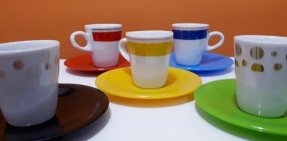 50% de desconto no conjunto de 6 xícaras coloridas com pires!